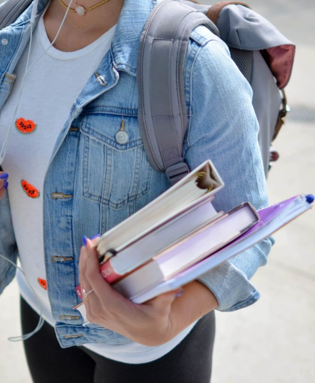 Chica llevando libros